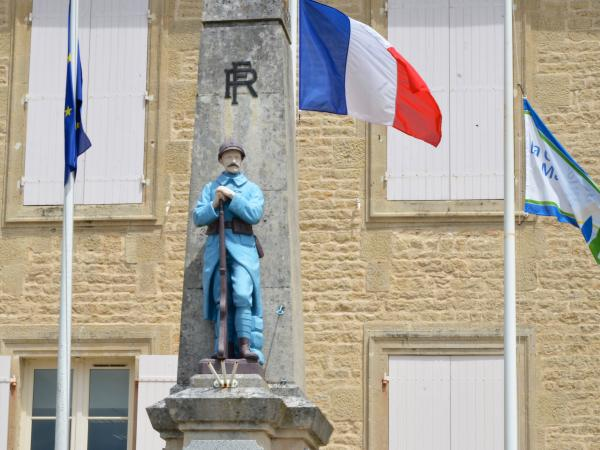 the war memorial, Aulnay
